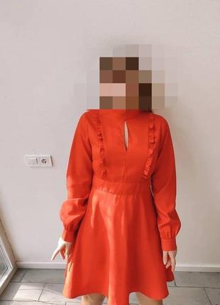 Алое плаття з рюшами