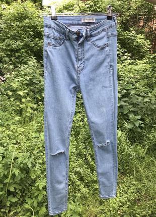 Голубые джинсы скинни с высокой посадкой и прорезями на коленках