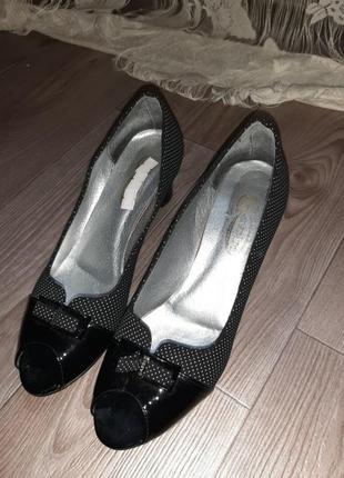 Туфлі з відкритим носком