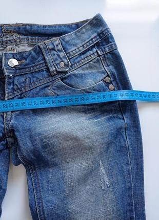 Синие рваные джинсы на низкий рост4 фото