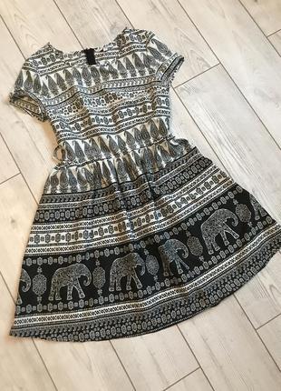 Милое платье с интересным принтом