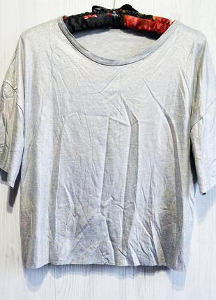 Классная футболочка с переливающейся тканью спереди и на рукавах фирмы pull & bear