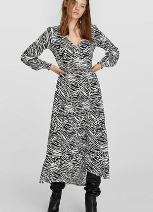 Шикарна сукня міді в трендовий принт від stradivarius