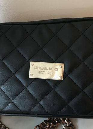 Черная стеганная сумочка через плече michael kors