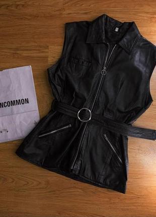 Женский черный кожаный жилет на молнии