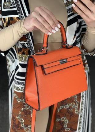 Модная оранжевая сумка
