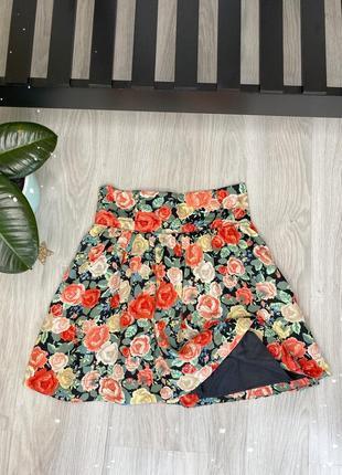 Юбка летняя в цветы , высокая посадка , стильная , сзади пуговицы и молния , размер s, h&m