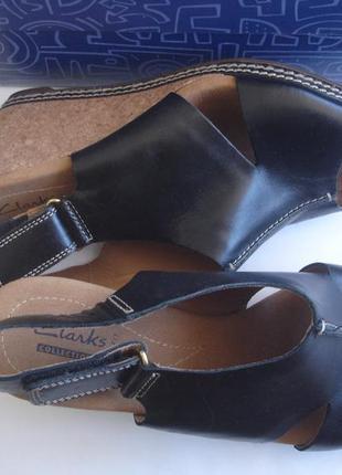Фирменные clarks кожаные босоножки танкетка на 39-40 размер