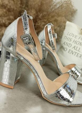 Женские босоножки серебро