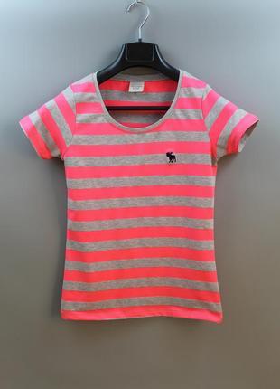 Яскрава жіноча футболка бренду abercrombie & fitch
