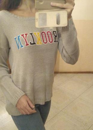 Стильный свитерок с вышивкой надписью серый оверсайз свободный нашивкой
