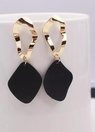 Модные серьги геометрические черные акриловые золотые под золото в стиле zara футболка