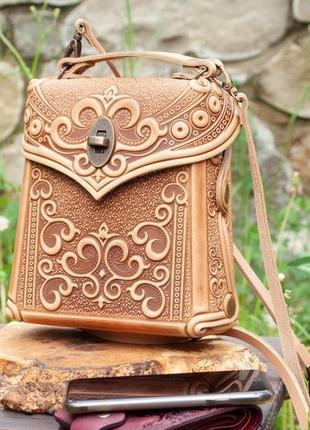 Маленький шкіряний рюкзак бежевий з тисненням або сумочка через плече