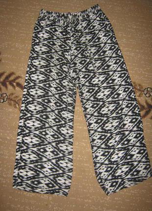 Широкие модные штаны из вискозы с классным принтом - тренд