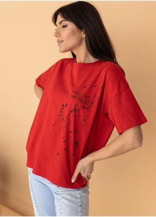 Женская футболка с принтом и надписью красная