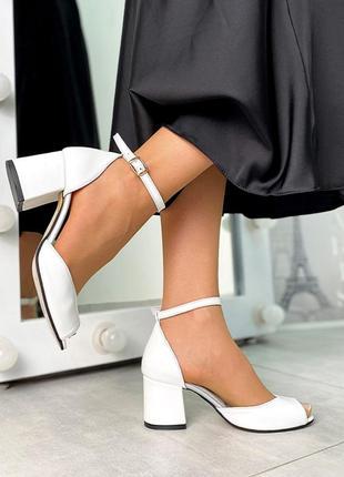 Босоножки кожаные на удобном каблуке