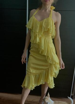 Жёлтое шёлковое платье