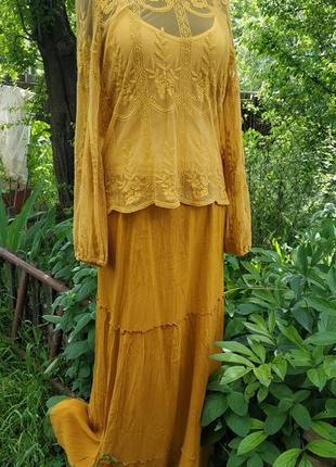 Горчичная струящаяся ярусная юбка в пол и кружевная блуза