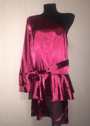 Сатиновое бордовое платье на одно плечо ,