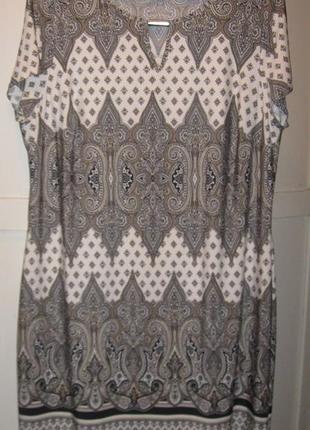 Красивое серо-бежевое платье с принтом