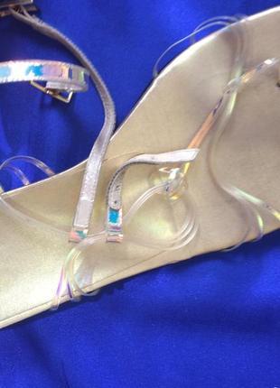Золотые босоножки stuart weitzman на  низком  каблуке на  40, 5 размер, стелька  26, 3 см