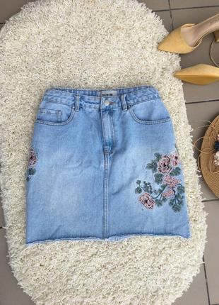 Юбка джинсовая короткая мини с необработанным краем цветочная с вышивкой