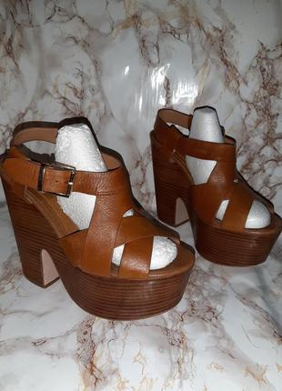 Коричневые кожаные босоножки на высоком каблуке и толстой подошве