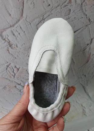 Кожаные чешки черные и белые на резинке в наличии 26-40 р.4 фото