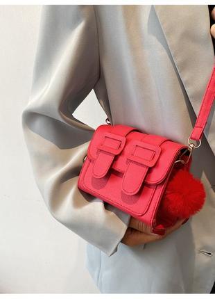Маленькая красная сумка-почтальонка