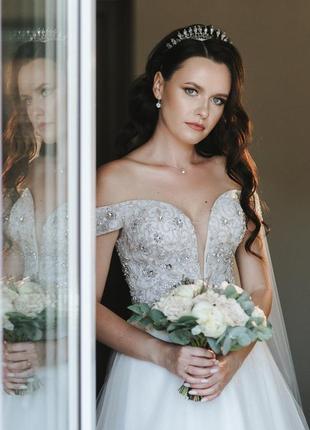 Свадебное платье со спущенными плечами и длинным шлейфом