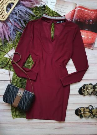 Приталеное платье с блестящим чокером
