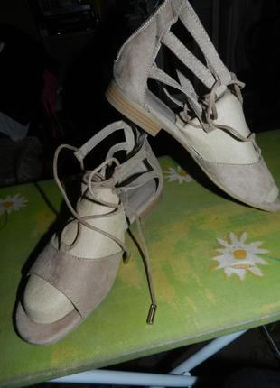 Чудесные,пудровые,замшевые босоножки на шнуровке,замочке и полиуретане,германия