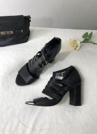 Кожаные босоножки на широкому каблуке босоніжки класичні шкіряні 39