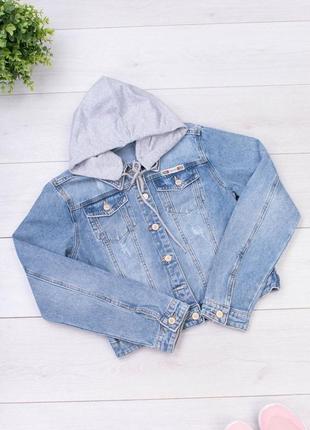Синяя джинсовая куртка с капюшонм