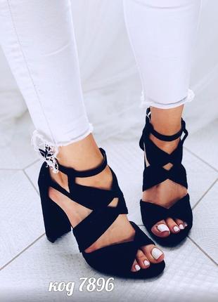 Босоножки черные на каблуке