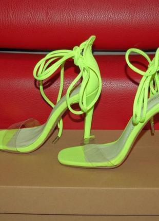 Яркие неоновые босоножки с блестящей подошвой на завязках