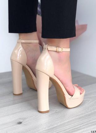 Лаковые босоножки на высоком каблуке бежевые босоножки лак молочные3 фото