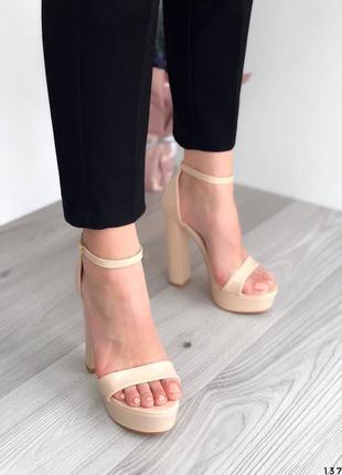 Лаковые босоножки на высоком каблуке бежевые босоножки лак молочные