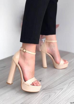 Лаковые босоножки на высоком каблуке бежевые босоножки лак молочные7 фото