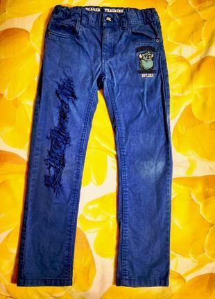 Мега крутые джинсы рванки корпорация монстров. возраст 6-7 лет, на рост 122 см.