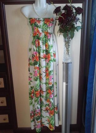 Сарафан в пол с ярким цветочным принтом.