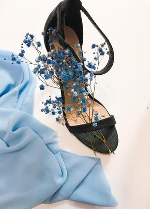 Босоножки на тонком каблуке1 фото