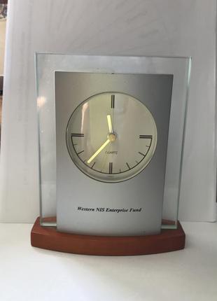 Настольные часы в стиле хай-тек, кварц.