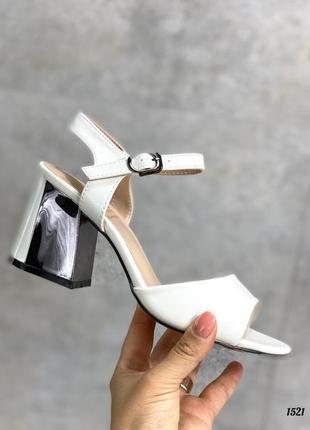 Женские белые босоножки на устойчивом среднем каблуке, білі босоніжки жіночі на підборах