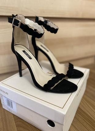 Босоножки сандалии нарядные на высоком каблуке размер 35-36
