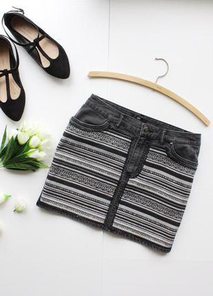 Стильная джинсовая юбка с нашитым принтом