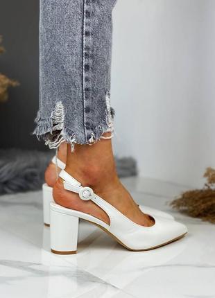 Шикарные женские белые туфли с острым носком