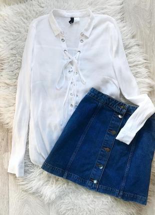 Белая блуза блузка рубашка со шнуровкой в области декольте