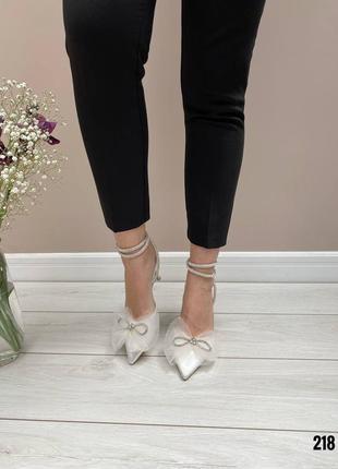 Женские белые туфли с бантиком