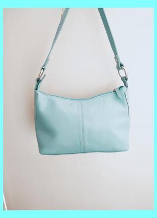Прекрасная кожаная сумочка небесного цвета.